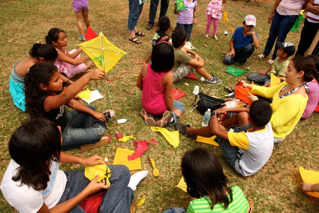 Los niños con sus cometas